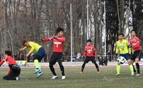 栃木SCのFW榊(左から2人目)がヘディングでゴールを狙う=さくらスタジアム