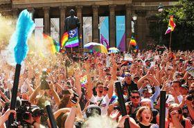 15日、オーストラリア・メルボルンで、同性婚合法化の是非を問う郵便投票の結果に喜ぶ人々(ゲッティ=共同)