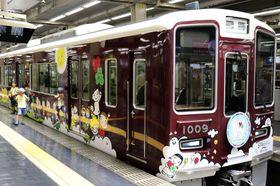 阪急電鉄と阪神電気鉄道で共通のデザインをあしらった阪急の車両=27日、阪急梅田駅