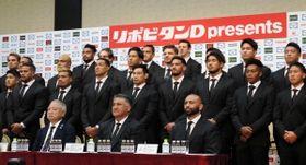 ラグビーW杯日本代表記者会見で記念撮影に臨む代表メンバーら=東京都港区