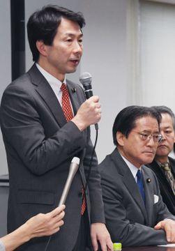 民進党の常任幹事会であいさつする大塚代表=13日午後、東京・永田町の党本部