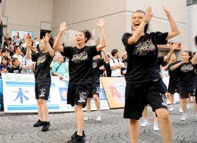 躍動感ある踊りで観客を盛り上げた「うわじまガイヤカーニバル」参加者=22日午後、宇和島市中央町2丁目