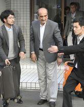 福岡空港に向かうNGO「ペシャワール会」のアフガニスタン人現地職員(中央)=13日午後、福岡市