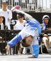 都市型スポーツの国際大会「FISE」のブレークダンス予選で、技を披露する女子選手=20日、広島市