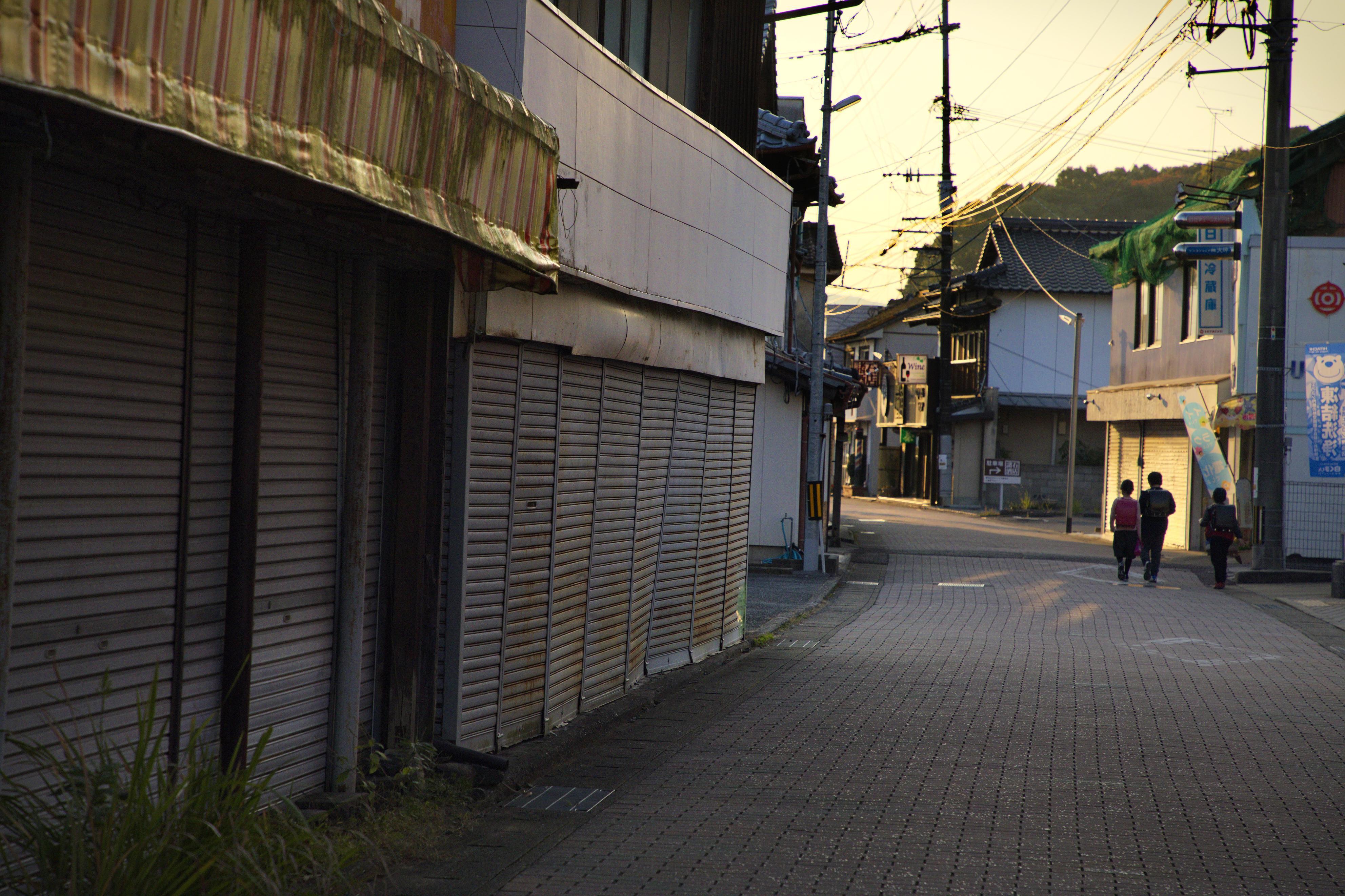 かつて炭鉱町としてにぎわった商店街。今はシャッターをおろした店が多い=佐賀県大町町