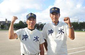 新球場の完成を祝い、始球式を行ったOBの(右から)大野倫さんと屋良景太さん=22日、糸満市の沖縄水産高校