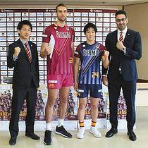 新ユニホームを披露する(左から)笹川監督、アルテム選手、長田選手、マサジェディコーチ=南箕輪村役場で
