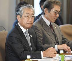 JOC理事会に臨む竹田恒和会長(左)=22日午後、東京都渋谷区