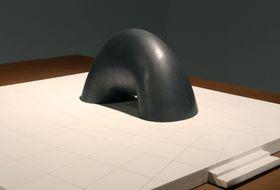 2013年に制作された、イサム・ノグチ氏の慰霊碑案の30分の1サイズ復元模型((C)The Noguchi Museum/JASPAR、武蔵野美術大学美術館・図書館提供)