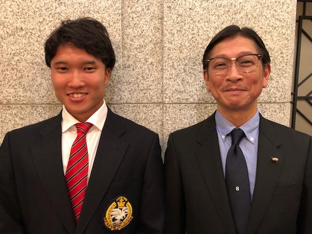 日大の徳島秀将新主将(左)と父親の秀樹さん