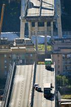 イタリア北部ジェノバの橋崩落で、寸断した道路=15日(ANSA・AP=共同)