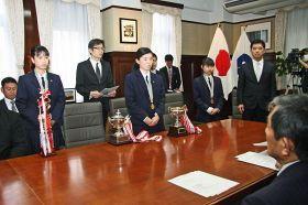 仁坂吉伸知事(手前右)に、全国大会での活躍を報告する神島高校少林寺拳法部員=17日、県庁で