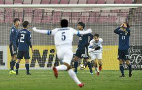 日本―ウズベキスタン 前半、先制ゴールを決められ肩を落とす日本イレブン=江陰(共同)