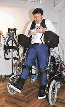 アクティブ歩行器を装着し、実演する古川社長