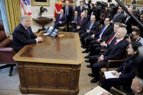 22日、米ホワイトハウスの大統領執務室でトランプ大統領(左)と面談する中国の劉鶴副首相ら(ロイター=共同)