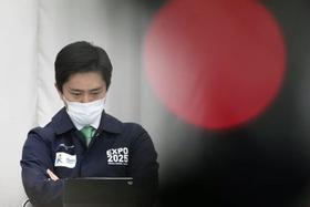 大阪府の新型コロナ対策本部会議に臨む吉村洋文知事=4月7日