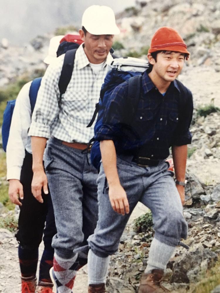 南アルプス・北岳を登られる天皇陛下=1987年8月(元山梨県職員斉藤敬文さん提供)
