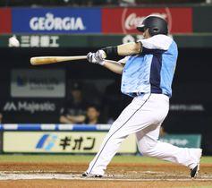 11回西武1死、中村が左越えにサヨナラとなる通算400本塁打を放つ=メットライフドーム