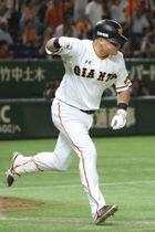 9回巨人1死一、三塁、左前にサヨナラ打を放ち、ガッツポーズして駆けだすマギー=東京ドーム