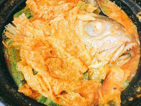 さまざまなスパイスとともに煮込まれたフィッシュヘッドカレー タイの頭がそのまま煮込まれている=海野麻美撮影