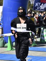 埼玉県久喜市で開かれたマラソン大会のハーフマラソンの部に参加した川内優輝選手=24日
