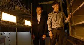 有機ELの照明など実験器具を点検する山形大工学部の横山道央准教授(左)と県立米沢栄養大の加藤守匡教授=米沢市・県立米沢栄養大