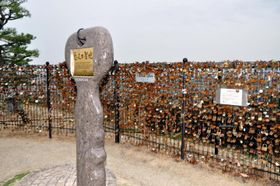 3月以降に撤去される、伊予灘サービスエリアの「ハートロックフェンス」=27日午後、伊予市宮下