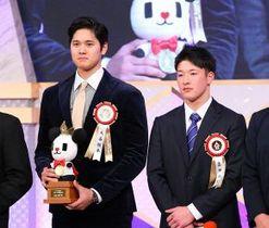 ビッグスポーツ賞の表彰式で大谷(左)と壇上で並ぶ吉田輝(金田翔撮影)