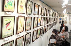 著名人らから寄せられた色紙作品が並ぶ会場=県民会館