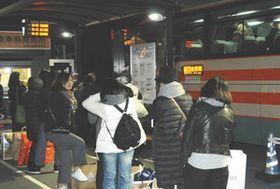 東京方面に向かう高速バスに乗り込む乗客たち=木更津市で