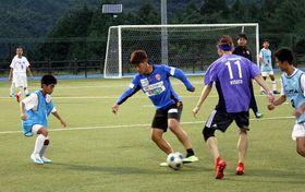サッカーで交流する起選手(中央)と参加者