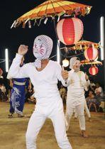 大分県・姫島で「キツネ踊り」を披露する子ども=14日夕