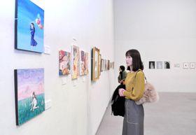 若手作家48人の作品111点を展示販売している「高知アートメッセ」(高知市の「かるぽーと」)