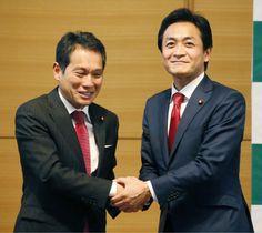希望の党の共同代表に選出され、大串博志衆院議員(左)と握手する玉木雄一郎衆院議員=10日午前、東京・永田町の憲政記念館