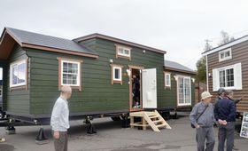 追加の仮設住宅としての活用が決まったトレーラーハウスの内覧会=11日、北海道安平町