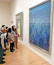 日本画の巨匠たちが描いた作品に見入る来場者