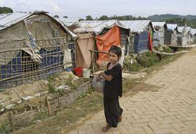バングラデシュ・コックスバザールのロヒンギャ難民キャンプ=13日(共同)