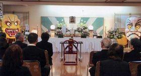 近親者ら35人が参列した赤城さんの母・山崎きささんの葬式。正午から約1時間行われた=10月17日、青森市の平安閣(赤城さん提供)