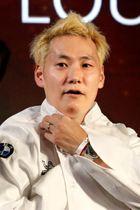 27日、パリで、ミシュランガイドの発表イベントに臨んだ小林圭さん(ロイター=共同)