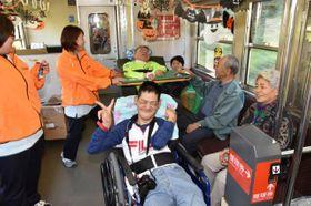 貸し切り列車に乗り、外出を満喫する入院患者ら