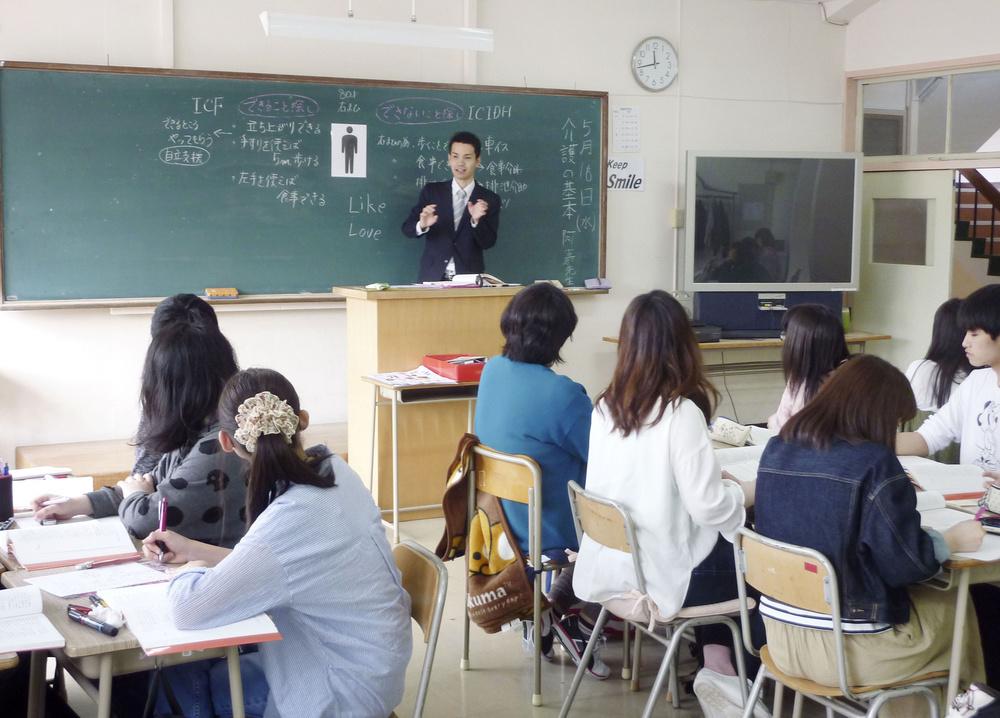 北海道福祉教育専門学校の介護福祉学科で授業を受ける学生たち