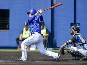 オープン戦唯一の長打となる二塁打を放った伊藤裕=2月24日、タピックスタジアム名護