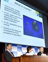 「LIGO」チームのノーベル物理学賞決定を受け、記者会見する梶田隆章・東大宇宙線研究所長(左下)ら=3日午後、東京都文京区
