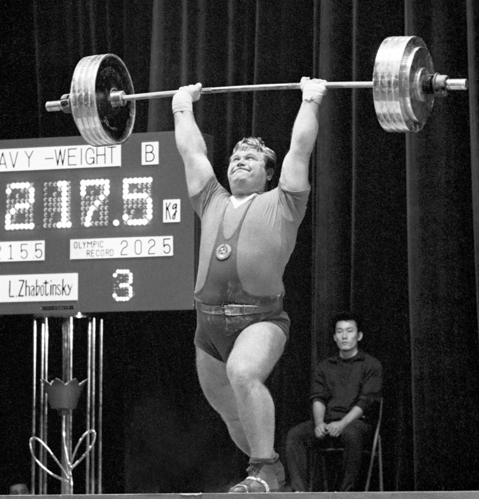 1964年10月18日、重量挙げのヘビー級でジャーク世界新記録の217・5㌔を挙げ優勝したソ連のジャボチンスキー選手