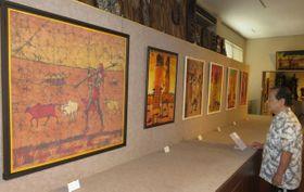 【マサイ族の暮らしを表したろうけつ染め作品が並ぶ会場=伊勢市二見町松下のマコンデ美術館で】