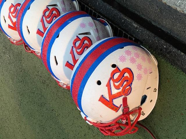 4年連続4度目の高校日本一を目指す佼成学園のヘルメット=11月23日・駒沢第二球技場