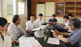 本年度の活動内容について打ち合わせる湖東中の生徒と地域の自治会役員ら=熊本市東区