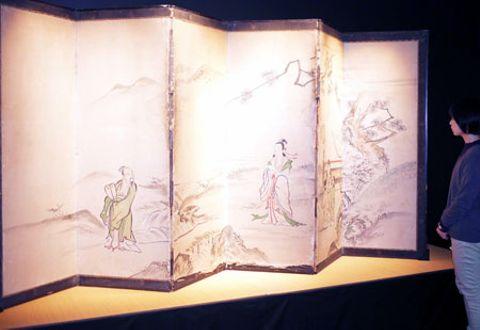 会場で展示されている屏風(京都市下京区・京都産業大むすびわざ館)