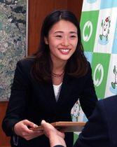 松尾哲子教育長から表彰状を受け取る福田有以さん=稲美町役場