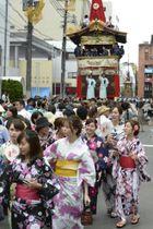 京都・祇園祭の山鉾巡行を前に、鉾の「曳き初め」に参加する浴衣姿の女性たち=12日午後、京都市